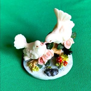 LDT pigeons resin figurine